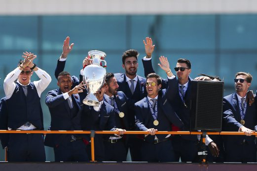 epa05420549 Portugal players arrive with the UEFA Euro 2016 trophy to Humberto Delgado airport in Lisbon, Portugal, 11 July 2016. The Portugal national soccer team on 10 July 2016 had won the UEFA Euro 2016 final against France by 1-0 to win the title for first time. EPA/MARIO CRUZ