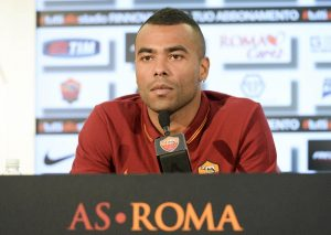 epa04317086 Handout photograph of the new AS Roma's player Ashley Cole with Ceo Italo Zanzi during the press conference in Rome, Italy, 15 July 2014. EPA/LUCIANO ROSSI / AS ROMA / HO