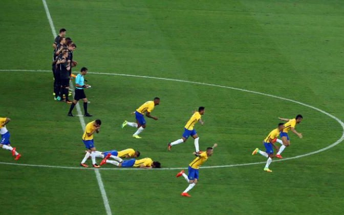 brazil runs towards neymar