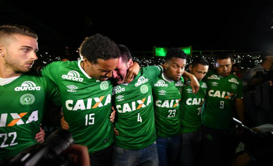 The club's remaining players during the tribute in Chapeco