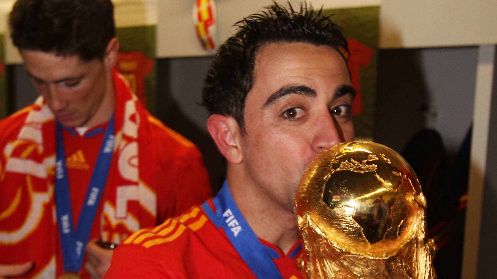 Xavi kissing the World Cup trophy in 2010